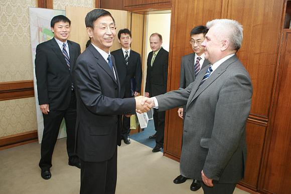 Pirmadienį Klaipėdoje viešėjęs ambasadorius M.Tong Klaipėdos merui R.Taraškevičiui teigė toliau sieksiąs ekonominio bendradarbiavimo.