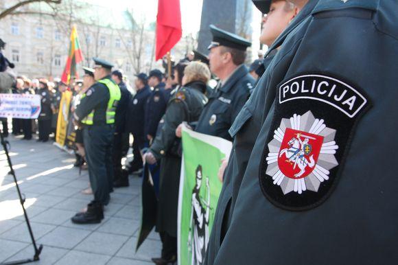 12 val. Vilniuje į įspėjamąją protesto akciją prie Vyriausybės rinkosi pareigūnai