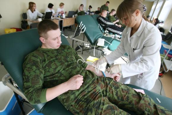 Lietuvos kariuomenės Divizijos generolo Stasio Raštikio puskarininkių mokyklos auklėtiniai noriai dalyvavo neatlygintinos kraujo donorystės akcijoje.