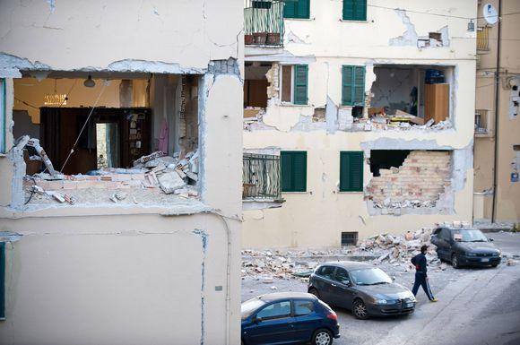 Žemės drebėjimo apgadinti namai.