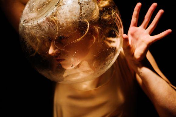 """Solinė J.Dambrauskaitės kompozicija """"Homo sum"""" – tai jaunos šokėjos debiutas profesionaliojoje scenoje."""
