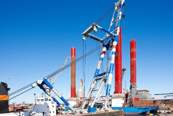 Laivas statomas vėjo jėgainių parko Šiaurės jūroje įrengimui.