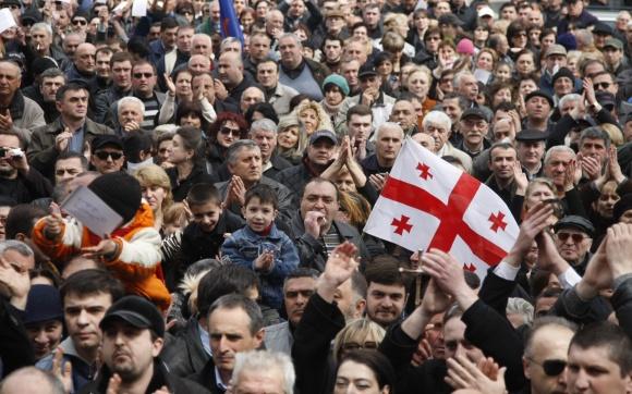 Tbilisyje į gatves išėjo tūkstančiai žmonių.