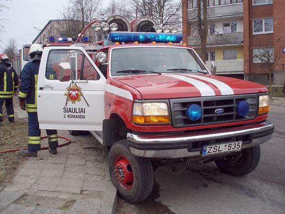 Ugniagesių automobilis gaisro vietoje