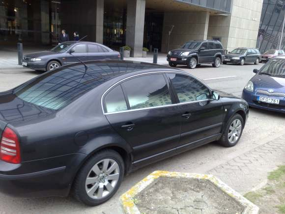 Dar viena pažeidėjo Škoda įmantriai tamsintais langais.