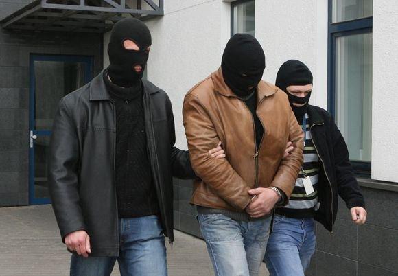 Irmanto Gelūno/15min.lt nuotr./Įtariamasis iavedamas ia teismo