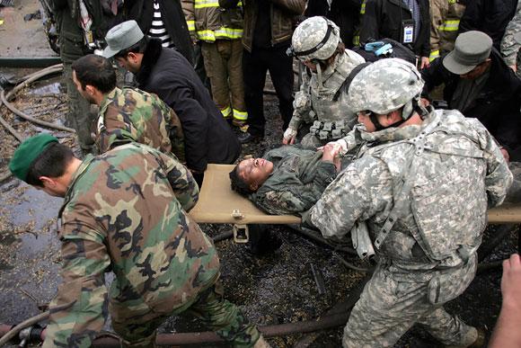 Amerikietės karės, tarnaujančios tokiose karo zonose kaip Irakas ar Afganistanas, kasdien turi saugotis ne tik pakelės bombų ar priešo pasalos.
