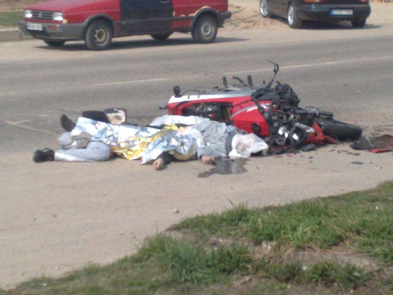 Penktadienį vidurdienį Jonavoje susidūrus visureigiui ir motociklui žuvo du motociklu važiavę vyrai.