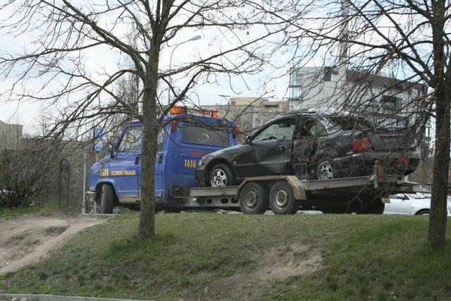 """Panašu, kad """"Audi"""" apsivertė sėkmingai – nei vairuotojas, nei aplinkiniai nenukentėjo."""