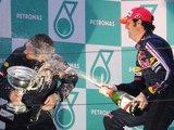 """AFP/""""Scanpix"""" nuotr./M.Webberis išmaudė nugalėtoją šampano pursluose."""
