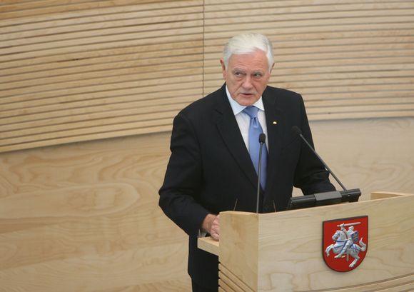 Seime skaitydamas metinį pranešimą prezidentas Valdas Adamkus negailėjo kritikos politikams