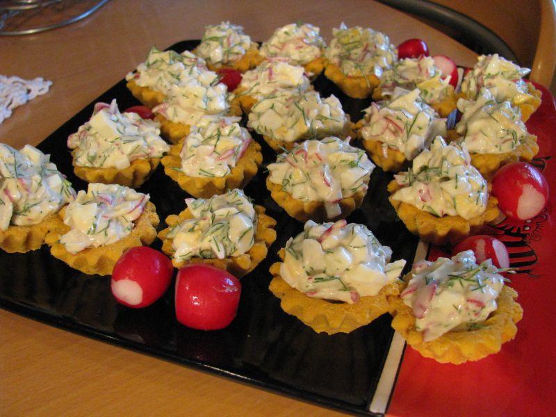 Gaiviomis salotomis įdaryti krepšeliai