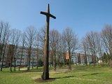 Egidijaus Jankausko/15min.lt nuotr./Vicemerui B.Šimkui kartą teko narplioti vieno kryžiaus istoriją: paaiškėjo, kad didelis, išdrožinėtas kryžius buvo atsidūręs sąvartyne. Dabar šis kryžius stovi Debreceno gatvėje.