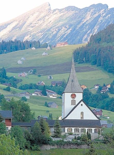 Mažas Šveicarijos Alpių kaimelis ėmėsi griežtų priemonių, kad apsigintų nuo nuogų vokiečių turistų antplūdžio.