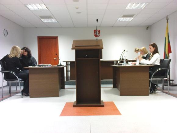 abiTeismo salėje – J.Butkevičienė (kairėje) prieš L.Blaževičiūtę su savosiomis gynėjomis.