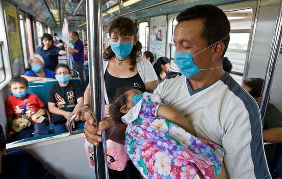 Viešajame transporte žmonės taip pat saugosi viruso.