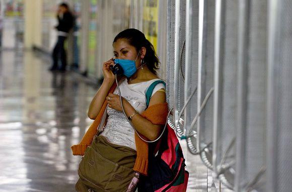 Mergina kalba viešuoju telefonu.