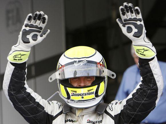 Po pergalės Bahreine artimiausią persekiotoją pilotų rikiuotėje J.Buttonas lenkia jau 12 taškų.