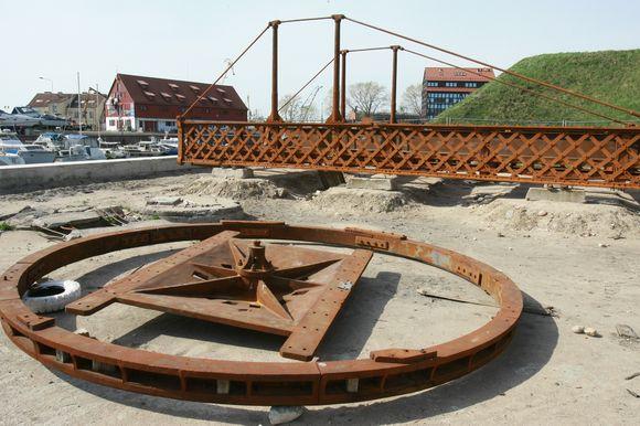 Pasukamasis tiltelis šiuo metu guli piliavietėje. Jis bus pradėtas rekonstruoti maždaug po poros mėnesių, parengus projektą.