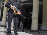 Reuters/Scanpix nuotr./Pareigūnai budi prie akademijos.