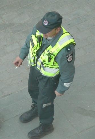 Rūkantys viešoje vietoje Vilniaus 7-ojo komisariato patrulių rinktinės pareigūnai.
