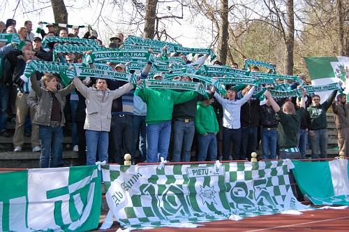 Akimirkos iš sekmadienį 15 val. Vingio parke vykusių varžybų VMFD ŽALGIRIS – FK LIETAVA (Jonava).