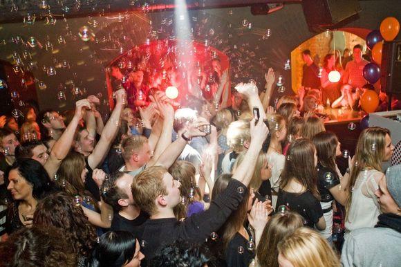 "Linksmybes kauniečiams ir miesto svečiams žada vakarėlis ""Pop Star Bar Friends""."