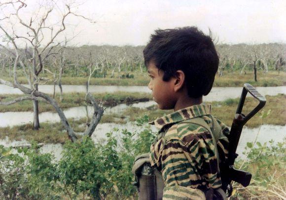 """Vaikas apsirengęs tamilų """"tigrų"""" išsivadavimo kario uniforma"""