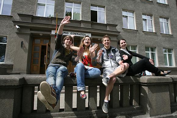 Užupio gimnazijos abiturientai Rūta, Ksenija, Tomas ir Arnas, tikino, kad paskutinis skambutis jiems – tai simbolinė riba, po kurios prasideda tikras suaugusiųjų gyvenimas.