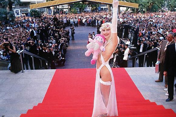Cicciolina provokuojančiu apdaru 1998 metų Kanų festivalyje