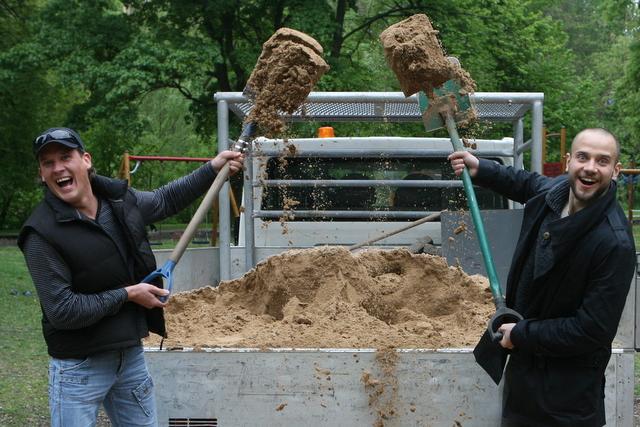 Karolis Sakalauskas ir Rimas Valeikis kasa smėlį.