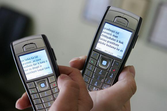 Vienas iš buvusio kalinio smurto įrodymų – mobiliajame telefone saugoma necenzūriniais žodžiais išmarginta šeimai grasinanti trumpoji žinutė.