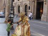 """Juliaus Kalinsko/""""15 minučių"""" nuotr./Vienoje populiariausių Barselonos gatvių pavadintoje La Rambla, kasdien pasirodo dešimtys įspūdingų ir margų gyvųjų skulptūrų, masinančių turistų minias."""