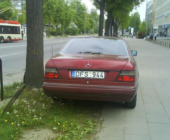 Fotopolicija, Mercedesas ant šaligatvio
