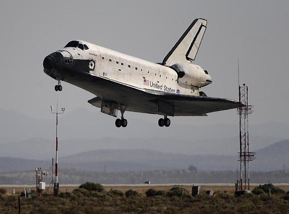 """""""Atlantis"""" leidžiasi Edwardso karinėje oro bazėje."""
