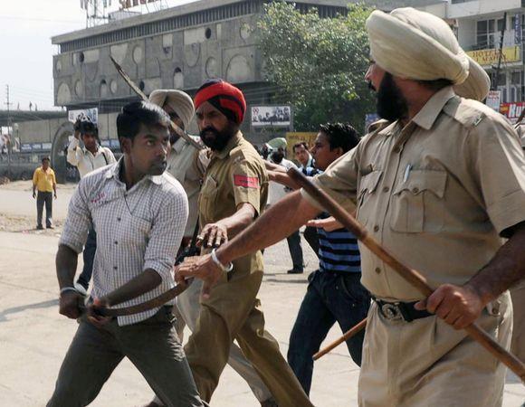 Policininkai ramina agresyvų jaunuolį.