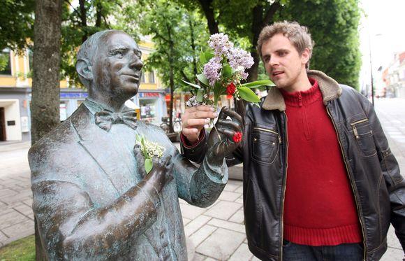 Prieš pusantrų metų lietuviškos estrados pradininkui Danieliui Dolskiui Laisvės alėjoje pastatytas paminklas tapo puikiu pilietinės iniciatyvos pavyzdžiui. Visus paminklo statyboms reikalingus pinigus - 100 tūkst. Lt - surinko Lietuvos gretutinių teisių asociacija.