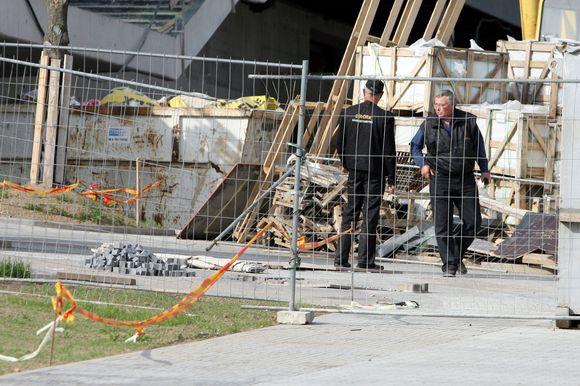 """Naujo """"Swedbank"""" administracinio pastato statybvietėje Konstitucijos prospekte nuo pirmadienio tvyrojo įtampa tarp dviejų apsaugos bendrovių."""