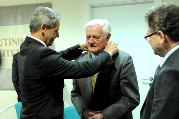 """A.Poviliūnas įteikė Prezidentui V.Adamkui LTOK 1-ojo laipsnio ordiną su grandine """"Už nuopelnus sportui""""."""