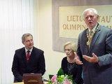 """Alfredo Pliadžio nuotr./A.Poviliūnas įteikė Prezidentui V.Adamkui LTOK 1-ojo laipsnio ordiną su grandine """"Už nuopelnus sportui""""."""
