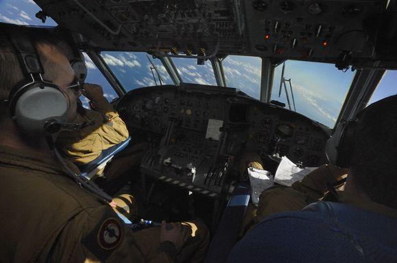 Paieškos komanda ieško dingusio lėktuvo.