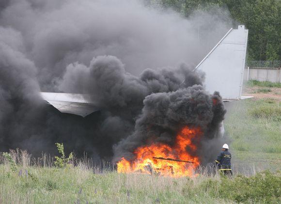 Ketvirtadienį Vilniaus tarptautiniame oro uoste į dangų kilo juodi dūmai – mokomųjų gelbėjimo pratybų metu priešgaisrinė tarnyba imitavo avariją patyrusio krovininio orlaivio gelbėjimo operaciją.