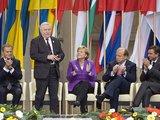 """""""Reuters""""/""""Scanpix"""" nuotr./Lenkijos premjeras Donaldas Tuskas, Vokietijos kanclerė Angela Merkel, Lietuvos premjeras Andrius Kubilius ir Slovėnijos premjeras Borutas Pahoras sveikina buvusį Lenkijos prezidentą Lechą Walęsą per iškilmingą ceremoniją Krokuvoje."""