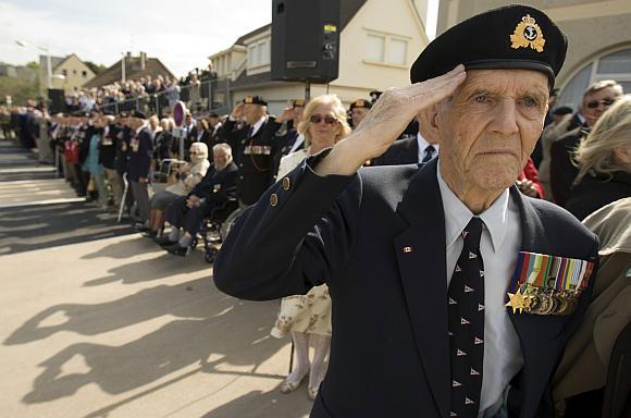 Tūkstančiai žmonių, tarp jų ir išsilaipinimo Normandijoje veteranai, susirinko Prancūzijos šiaurėje paminėti didžiausios karinės desantinės operacijos metines.