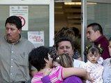 """""""Reuters""""/""""Scanpix"""" nuotr./Nukentėjusių vaikų artimieji prie ligoninės"""
