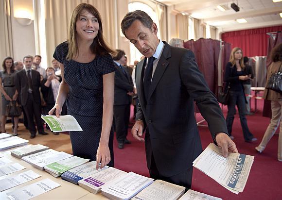 Prancūzijos prezidentas Nicolas Sarkozy balsuoti atėjo su žmona Carla Bruni.
