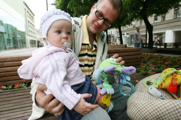 Tėvystės atostogos padeda vyrams užmegzti glaudesnius ryšius su vaiku.