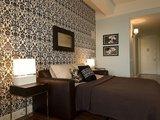 Photos.com/Šiais laikais madinga viename kambaryje derinti dviejų skirtingų spalvų ar raštų tapetus.