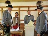 """AFP/""""Scanpix"""" nuotr./Bavarijoje balsuotojai apsirengę nacionaliniais drabužiais."""