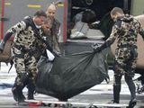 """AFP/""""Scanpix"""" nuotr./Rasti sudužusio """"Air France"""" keleivių palaikai atgabenti į Fernando de Noronjos salyną."""